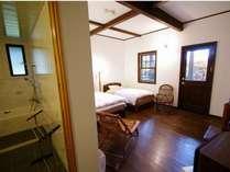 ゆったりとしたツインルーム、全室にお洒落なバスルームと専用ウッドデッキが完備。