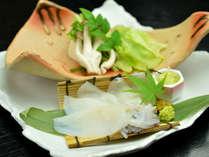 夕食一例(イカしゃぶしゃぶ)/オリジナルの出汁にくぐらせて、程よく柔らかくなったイカは絶品です。