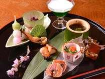 【お夕食一例(前菜)】ヤリイカのおき漬け、もずく酢、出汁巻き卵、ブリの幽庵焼き、デザート。