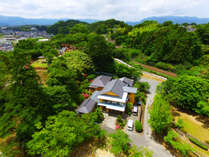 緑に囲まれた広い敷地内にある1軒宿
