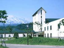 *【外観】鳥海山を望む当館…まるで北欧のような風景♪