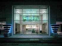 【外観】表通りから一本入ったエリアでお客様をお迎えしております;ホテル外観