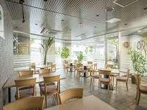 レストラン「サライ」。明るい光が射し込むガラス張りの店内