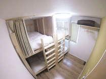 手作りの2段ベッドで、通常のシングルスペースより幅広です。カーテンによりプライバシーは確保できます。