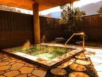 木漏れ日の中の露天風呂