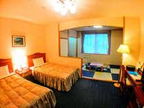 【和洋室】セミダブルのベッド2台を設置。奥には小上がり6畳の間
