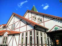 【外観】赤いレンガ色、緑の三角屋根が目印♪