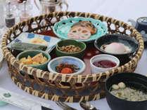 【和朝食】目覚めのお食事は和食から。小鉢を籠盛りにした目にも楽しい朝食で一日のスタートを♪