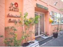 オレンジ色の外壁と緑溢れる玄関が特徴なホテル☆