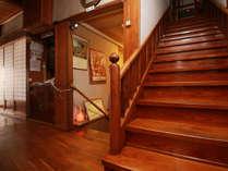 【館内】木造のレトロな造り、階段ご利用の際はお気を付けください