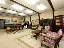 【本館】ピアノや卓球台がある多目的ホール。パーティールームとしてもご利用可能です。