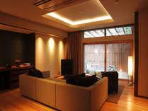 大きなソファーはオーダーメード。波動スピーカーの音色を聴く贅沢な時間を過ごせます。