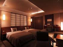 セミスイート洋室はホテルの一室のよう。夜は蔵のライトアップがきれいに見える。