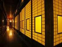 個室料亭の並ぶ木造本館。大正時代から昭和にかけて建てられた。まさに美の回廊。