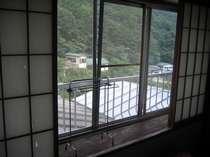 和室の窓からの御用林の風景