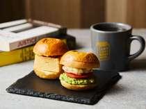 【ランプライトブックスカフェ】 朝食(宿泊者限定) お好きなミニバーガー2種とドリンク