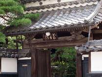 280年前に建てられた伝統ある薬王院の門。