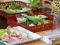 *【夕食一例】こだわりの器にしつらえた料理を目と舌でお楽しみ下さい