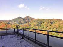 ロビー横の総硝子張りのデッキからは信貴山が一望。落葉樹が多い為、紅葉の時期はそれは見事です。