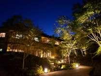 天然紅葉100本と沢のせせらぎがお客様を出迎える料理宿。ライトアップは圧巻