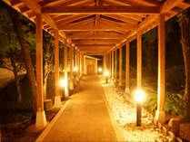 レストラン側から向かう大浴場への渡り廊下を歩けば、温泉への期待が膨らみます♪