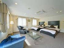 スイートルームの洋室♪広さは洋室のみで30平米あります。さらには12畳+4畳の和室もあります