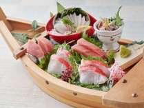 [舟盛り]極上本鮪中トロとアワビ・本日の鮮魚4点盛り合わせ(2人前)