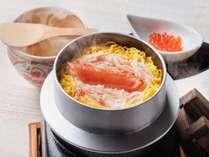 [当館名物]目の前で炊きあがる旬の食材を生かした季節の「釜飯」をご賞味ください。※写真は蟹いくら釜飯