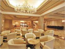 【1F ロビー】 高級感のある豪華なシャンデリアと大理石を使用した開放的なロビー