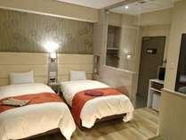 ◆最上階和洋室◆100cm幅のシモンズ社製シングルベッド2台とお布団2組のお部屋です。