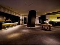 ホテルロビー22階にあるフロントは、洗練された英国の美意識を感じさせる空間