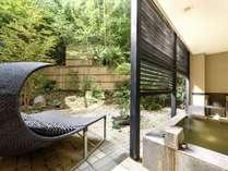 「琴」客室露天風呂。全室異なる造りとなります。