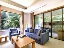 「康」ラグジュアリーツイン4名様対応。リビングスペース。全26室異なる内装。客室イメージ。