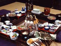 「いろり和食膳」(一例)囲炉裏の炭火で焼いた岩魚&田楽など、地元名物を召し上がれ