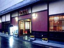 *東山温泉の中央に佇む、こじんまりとした温泉旅館。