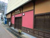 東山温泉の中央に佇む、こじんまりとした温泉旅館。