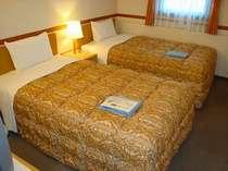 ツインルーム。W1100×2000のベッドをご用意。