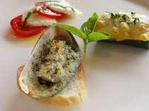 前菜の盛り合わせ パーナ貝のエスカルゴ風・ズッキーニのグラタン・サラダトマトとモッツレアチーズ