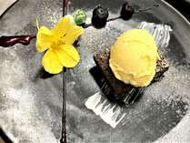 デザートの盛り合わせ・ナスタチームの花を添えて