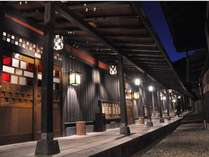 【館内】夕暮れ時の回廊は幻想的な雰囲気です。ぜひカメラ片手にお越しくださいませ