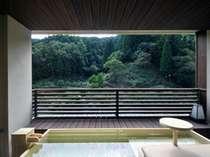 熊野モダンルームの高野槇のお風呂(テーブル付なのでお酒を飲みながら足湯もできます)