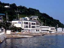 【外観】新舞子浜まで徒歩0分!目の前に広がる穏やかな海を眺め、瀬戸内の幸を心行くまでご堪能下さい。