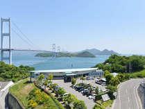 来島海峡大橋のたもとに立つ絶好のロケーション。