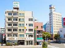 ホテルはやしと別府駅前通り(右手後方は別府ステーションホテル)