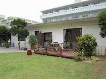 アメリカ住宅のような広々な庭がついた一軒家の宿「沖縄時間」