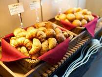 朝は焼きたてパン朝食無料!出来立てあつあつをお召し上がりくださいませ☆