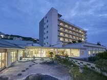 【外観(夜)】白浜唯一の貸切風呂がある宿。観光地へのアクセス◎!