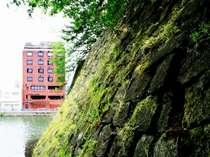 福井城跡の石垣とホテルの赤レンガが、見事なコントラスト。