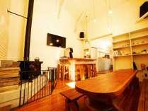 広々吹き抜け天井にバーカウンターと薪ストーブのくつろぎリビング。