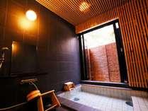 ヒノキのルーバー、半露天の自慢の貸切り風呂。